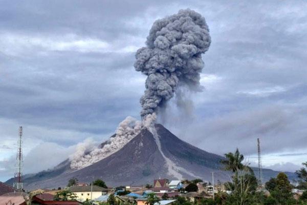 ERUPSI: Gunung Sinabung kembali erupsi dengan ketinggian kolom abu mencapai 4.200 meter pada Jumat (14/8) sore.istimewa/sumut pos.