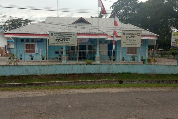 TUTUP SEMENTARA: Kantor LH dan PPAPPKB di Jalan Gunung Lauser Kota Tebingtinggi terlihat sepi setelah ditutup sementara.