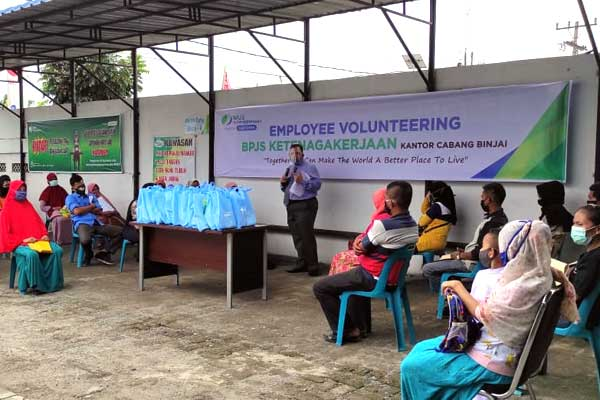 BAKSOS: Kepala Kantor BPJamsostek Cabang Binjai, T Haris Sabri Sinar saat memberikan sambutan pada kegiatan bakti sosial.