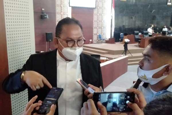 SWAB MASSAL: Ketua DPRD Sumut Baskami Ginting saat diwawancarai wartawan, beberapa waktu lalu. Sekretariat DPRD Sumut akan melakukan swab masal hari ini, Selasa (29/9).