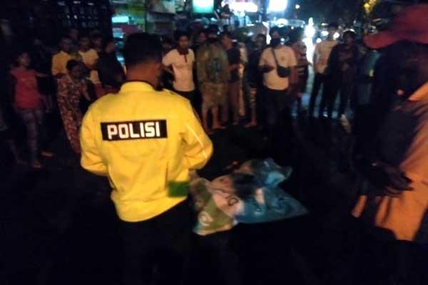EVAKUASI: Polisi mengevakuasi jasad korban yang tewas ditabrak truk di Jalan Amal Medan Sunggal, Senin (31/8) malam.