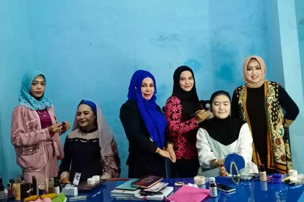 MERIAS: Para pengurus DPW PUAN Sumut saat pelatihan make-up di kantor DPW PAN Sumut, Jalan Sei Lepan Medan.