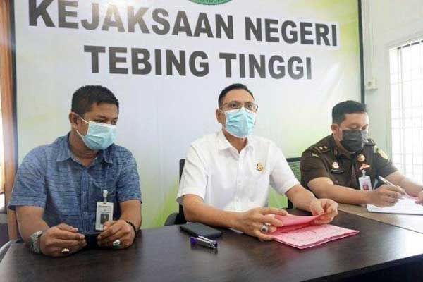 PAPARAN: Kajari Tebingtinggi Mustaqpirin bersama para kasi memaparkan dugaan kasus korupsi beberapa waktu lalu di Kantor Kejari Tebingtinggi.