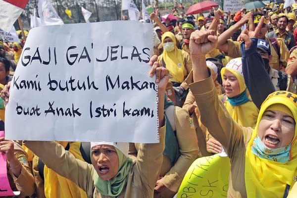 ILUSTRASI: Para guru honorer saat memprotes gaji mereka yang belum dibayarkan, beberapa waktu lalu. Hingga saat ini, Disdik Kota Medan belum membayar gaji ratusan guru honorer sejak Januari hingga Juni 2020 dengan total Rp17 miliar.