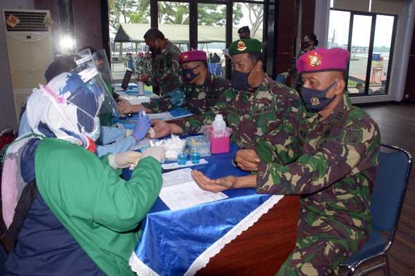 DONOR DARAH: Personel Lantamal-I saat mendonorkan darahnya dalam rangka HUT ke-75 Tahun TNI-AL .fachril/sumut pos.