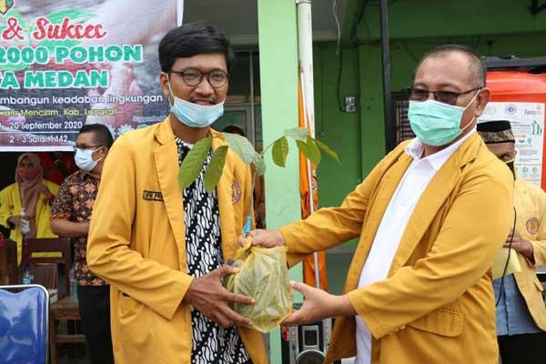 BIBIT: Plt Wali Kota Medan,  H Akhyar Nasution, menyerahkan bibit pohon kepada perwakilan IPM Kota Medan.