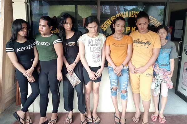 TERSANGKA: Tujuh waria komplotan pencuri uang teman kencan yang diringkus dipaparkan di Mapolsek Binjai Timur, Kamis (10/9).tedi/sumut pos.