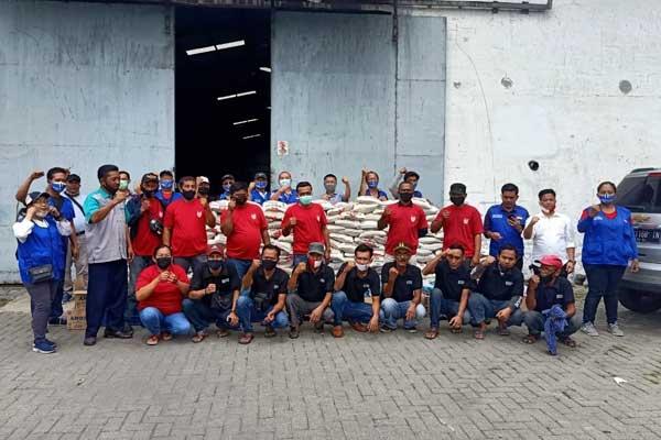 BERSAMA: Komunitas Satu Hati foto bersama di sela-sela penyaluran paket sembako di Kelurahan Mabar, Medan Deli.fachril/sumut pos.