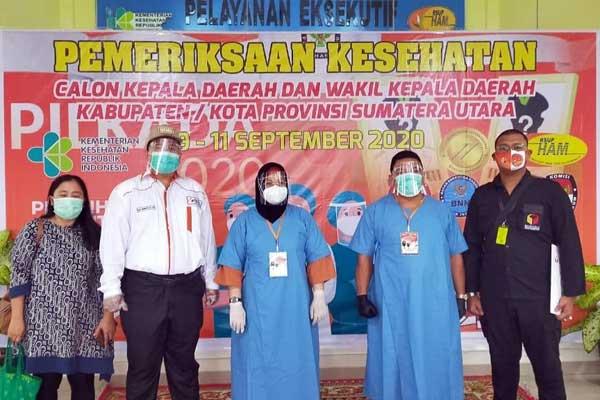 HADIR: Ketua Bawaslu Kota Binjai Ari Nurwanto (2 dari kiri) ketika hadir di RSUP H Adam Malik, Kota Medan, saat mendampingi balon wali  kota Pilkada Kota Binjai 2020, Lisa Andriani Lubis (3 dari kanan), dengan balon wakil wali kota Sapta Bangun.
