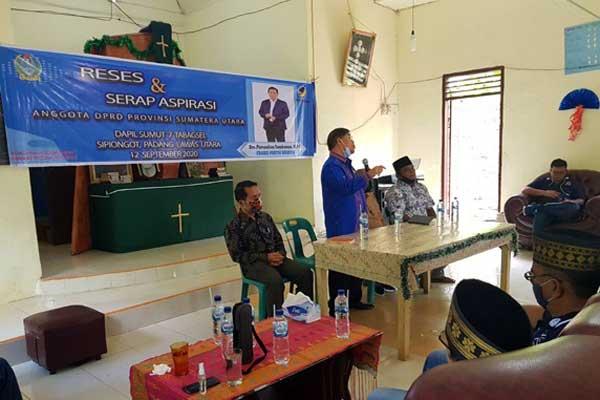 RESES: Anggota DPRD Sumut dari Fraksi Nasdem Drs Parsaulian Tambunan MPd saat menggelar reses dan serap aspirasi masyarakat di Sipiongot, Paluta, akhir pekan lalu.