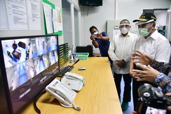 TINJAU: Menko PMK Muhajir Effendy didampingi Gubsu Edy Rahmayadi meninjau penanganan Covid-19 di Ruang Isolasi Infeksi RSUP H Adam Malik Medan, Sabtu (12/9).