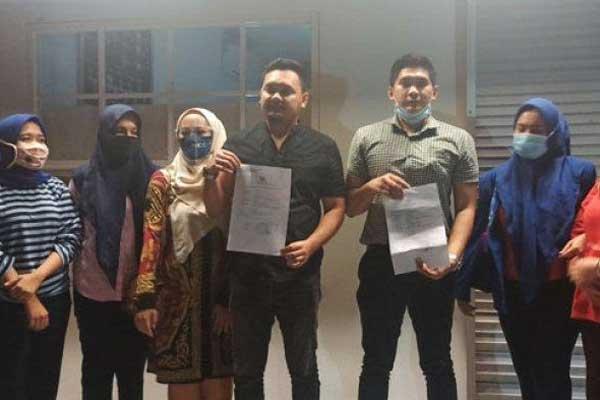BUKTI LAPOR: Sejumlah korban menunjukkan bukti laporan pengaduan terhadap Ayla Zumella.