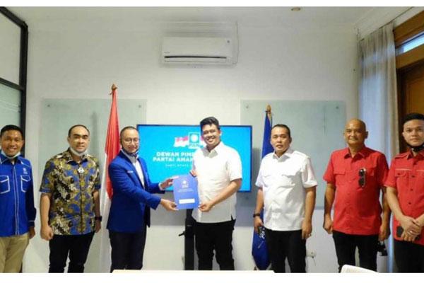 SERAHKAN: Sekjen DPP PAN Eddy Soeparno menyerahkan dukungan kepada Bobby Nasution-Aulia Rahman untuk maju di Pilkada Medan 2020 di Jakarta, Rabu (2/9).