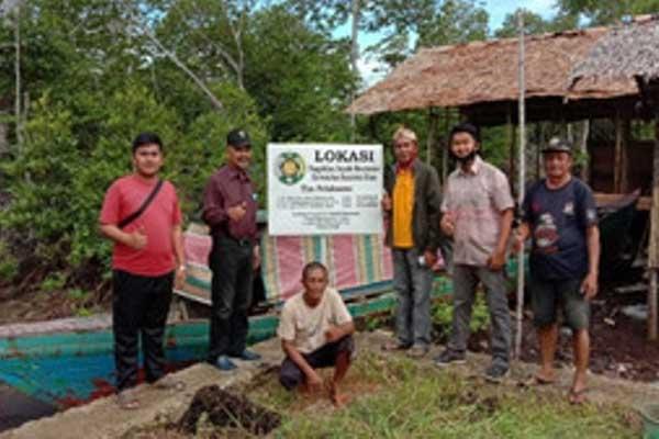 DESA BINAAN: Tim PPM USU bersama warga Teluk Siabang Nias Utara. Desa ini menjadi Desa Binaan Tim PPM USU.