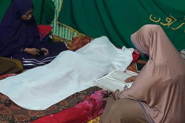 SEMAYAM: Jasad korban M Rajali aluas Gabeng disemayamkan di rumah duka di Jalan Pulau Ambon, Kelurahan Belawan II, Kecamatan Medan Belawan, kini telah ditangani Polres Pelabuhan Belawan, Jumat (25/9).