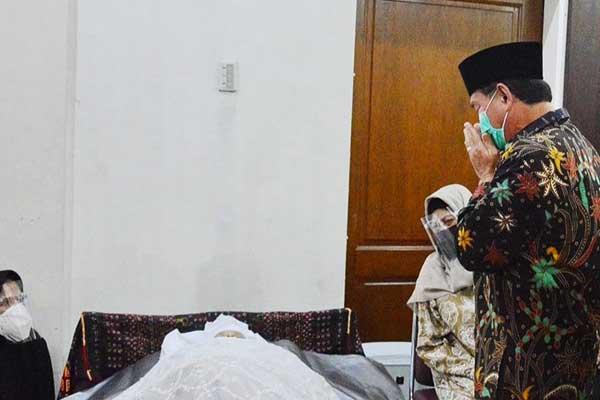 MELAYAT: Rektor USU, Prof Runtung Sitepu, saat melayat ke rumah duka almarhum ProfChairuddin P Lubis. bagus/sumu tpos.