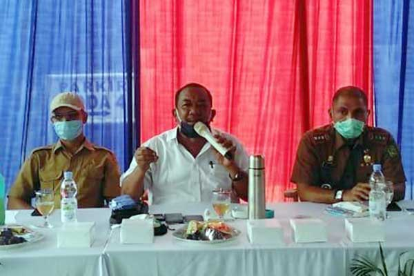 RESES: Anggota DPRD Medan Burhanuddin Sitepu berikan penjelasan ke warga saat reses di Semba Garden, Selasa (1/9).