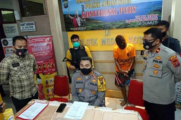 KETERANGAN: Kapolrestabes Medan, Kombes Pol Riko Sunarko saat memberikan keterangan pers di Mapolsek Medan Kota, Sabtu (12/9).