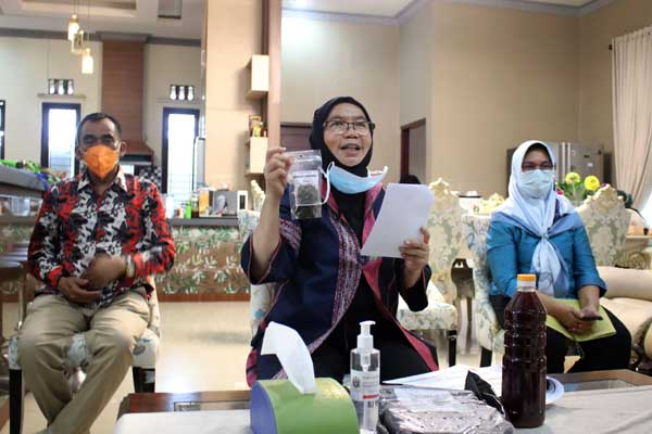 PERLIHATKAN: Sekdaprov, R Sabrina memperlihatkan hasil pengolahan samnpah organik dalam seminar nasional secara virtual yang diselenggarakan Forhati Sumut. ) Wilayah SumutForum Alumni HMI-Wati (Forhati) Wilayah Sumut, di Rumah Dinas Sekdaprov Sumut Jalan Mongonsidi Medan, Sabtu (26/9). Foto Biro Humas dan Keprotokolan Setdaprov Sumut.