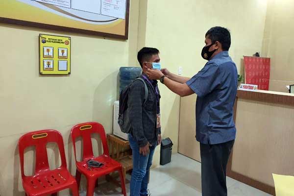 BAGI MASKER: Sat Intelkam Polres Pelabuhan Belawan, memberikan masker kepada masyarakat pemohon SKCK.fachril/sumut pos.