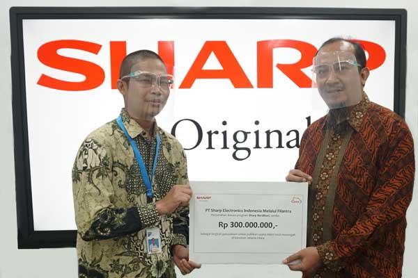 SIMBOLIS: Manajemen Sharp Indonesia saat menyerahkan bantuan secara simbolik kepada filantropi yang akan menyalurkan kepada UMKM.
