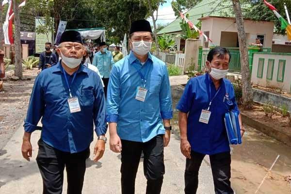 DAFTAR: Bakal pasangan calon Bersama Soekirman-Tengku Muhamad Ryan Novandi (Beriman-Trendi) saat sampaikan keterangan, usai mendaftar ke KPUD Sergai, Sabtu (12/9).SURYA/SUMUT POS.