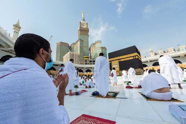 BERDOA: Jamaah haji sedang berdoa di depan Ka'bah, beberapa waktu. Dalam waktu dekat pemerintah Arab Saudi akan membuka kembali jamaah umrah.
