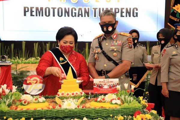 TUMPENG: Kapolda Sumut Irjen Pol Martuani Sormin, dan Ketua Bhayangkari Polda Sumut Risma, saat potong tumpeng.istimewa/sumut pos.
