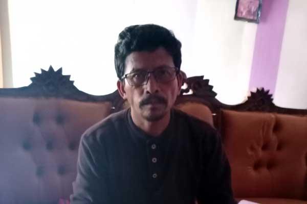 ANAK MENINGGAL: Ramses Manurung, orangtua Dedy Manurung, bercerita tentang anaknya yang meninggal saat keluar malam bersama temannya.