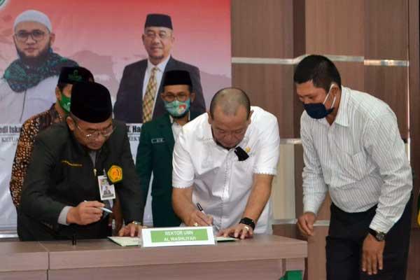 KERJA SAMA: Rektor UMN Al-Washliyah Dr H Hardi Mulyono MAP (kiri) menandatangani kerja sama dengan Ketua DPD RI La Nyalla Mattalitti di Auditorium UMN Al-Washliyah Jalan Gedung Arca Medan, Selasa (15/9).