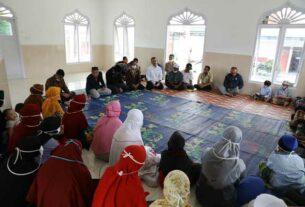SAMBANGI: Wagubsu Musa Rajekshah menyambangi Panti Asuhan Mohd Yasin Tambunan, di Jalan Masjid Desa Lumban Pea Kecamatan Balige Kabupaten Toba, Kamis (17/9).