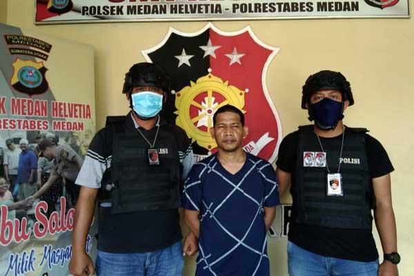 Konferensi Pers: Dua Tekab Polsek Medan Helvetia sedang menunjukkan ke sejumlah wartawan, pelaku pemukulan berinisial AR alias TMS (tengah), di Kantor Polsek Medan Helvetia, Kamis (15/10).dewi/sumut pos.