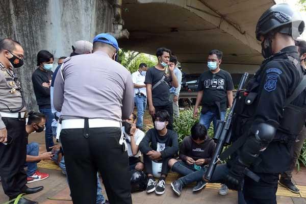 DIAMANKAN Sejumlah pelajar diamankan aparat kepolisian saat kedapatan berkumpul di sekitar Gedung DPR/MPR, Jakarta, Rabu (7/10). Puluhan pelajar mendatangi Gedung DPR terkait adanya informasi aksi demonstrasi menolak UU Omnibus Law Cipta Kerja di media sosial.