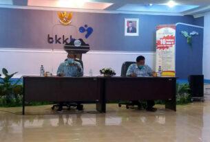 Temu Pers: Kepala Perwakilan BKKBN Sumut, Drs Temazaro Zega Mkes dan Sekretaris Yusrizal Batubara, saat gelar temu pers, Selasa (13/10). dewi/sumut pos.