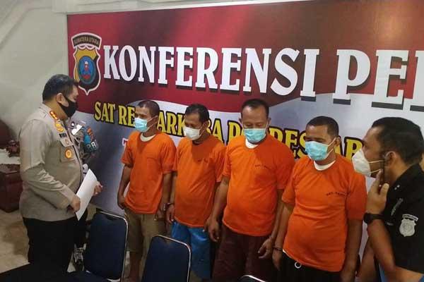 DIPAPARKAN: Dua oknum pejabat dan ASN Pemkab Aceh Tenggara dipaparkan usai ditangkap Polrestabes Medan.M idris/sumut pos.