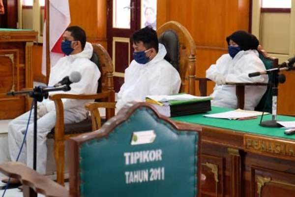 SIDANG: Zuraidah Hanum dan kedua eksekutor pembunuh Hakim Jamaluddin mengikuti sidang di PN Medan belum lama ini.