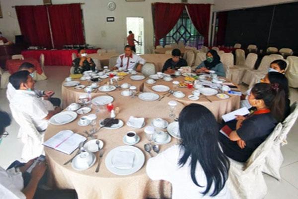 DISKUSI: Bupati Karo Terkelin Brahmana, Dandim 0205/Tanah Karo Letkol Kav Yuli Eko Hardianto berdiskusi dengan pihak manajemen Rudang Hotel & Resort terkait penyediaan kamar isolasi. solideo/SUMUT POS.