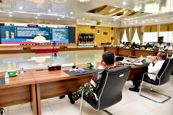RAKOR: Gubernur Edy Rahmayadi bersama Forkopimda Sumut mengikuti rakor secara virtual dengan beberapa menteri terkait sinergitas kebijakan pemerintah pusat dan pemda dalam pelaksanaan regulasi Omnibus Law Ciptaker di Rumah Dinas Gubsu, Rabu (14/10).