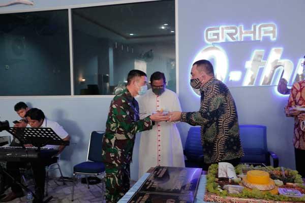 NASI TUMPENG: Hendrik Sitompul memberikan nasi tumpeng kepada Komandan Lantamal I Belawan Brigjend TNI (Mar) I Made Wahyu Santoso, mewakili Kepala Staf TNI Angkatan Laut (Kasal).