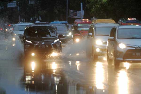 HUJAN SORE HARI: Sejumlah kendaraan menerobos hujan yang turun sore hari, beberapa waktu lalu. BMKG mengimbau kepada warga agar mewaspadai banjir akibat hujan lebat di sore hari hingga malam hari pada beberapa hari ke depan.