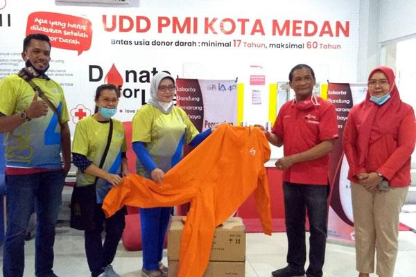 SERAHKAN: Pengurus IA-ITB menyerahkan bantuan APD kepada PMI Kota Medan, Rabu (14/10) kemarin.