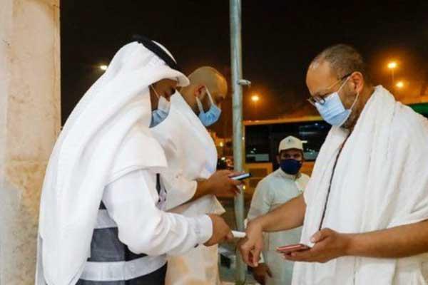 PERIKSA SUHU TUBUH: Jamaah umrah menjalani pemeriksaan oleh petugas sebelum masuk ke dalam Masjidil Haram, Arab Saudi, Minggu (4/10) waktu setempat.