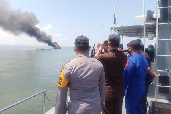 DIMUSNAHKAN: Dua unit kapal ikan asing asal Malaysia saat dimusnahkan Kejari Belawan di perairan laut Belawan, Selasa (27/10).FACHRIL/SUMUT POS.