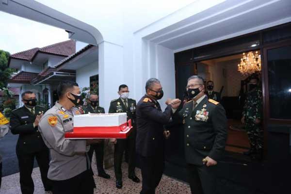 KEJUTAN: Kapoldasu memberikan kejutan kepada Pangdam I/BB, dengan membawa kue tart di HUT TNI, Senin (5/10).dewi/sumut pos.