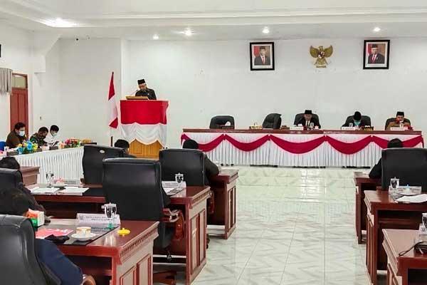 NOTA : Plt Bupati Humbahas, Saut Parlindungan Simamora (berdiri di podium) membacakan nota pengantar keuangan RAPBD tentang APBD Humbahas TA 2021.gamael/sumut pos.