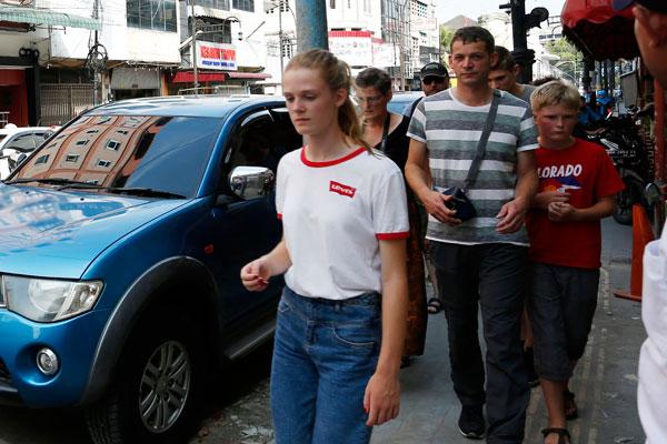 BERKELILING: Sejumlah turis asing berkeliling di sekitaran Jalan Kesawan Medan, beberapa waktu lalu. Kunjungan turis asing ke Sumut menurun drastis mencapai 80,56 persen per Agustus 2020.Triadi wibowo/Sumut Pos .