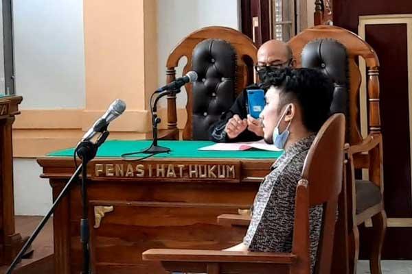 SIDANG: Eka Putra Pardede, terdakwa kasus tawuran yang menyebabkan kematian menjalani sidang tuntutan di PN Medan, Kamis (8/10).gusman/sumut pos.