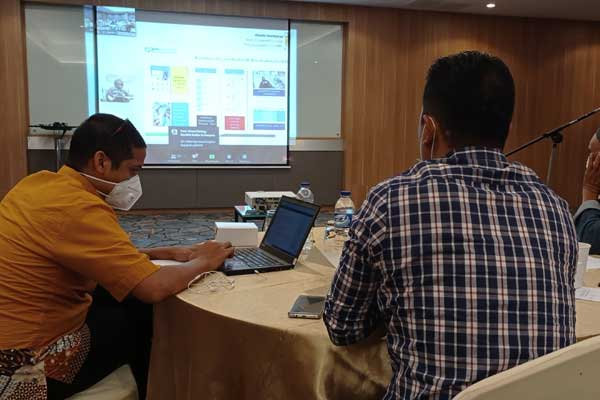 Webinar: Pegawai BPJS Kesehatan Kantor Cabang Medan mengikuti Webinar Media Workshop, Jumat (23/10).idris/sumutpos.