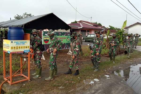 PEMBANGUNAN: Aparat TNI Manunggal Membangun Desa, foto di depan tempat cuci tangan hasil sumbangsih mereka.