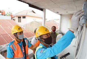 SAMBUNG BARU: Petugas PLN sedang melakukan penyambungan baru listrik pada persil pelanggan.